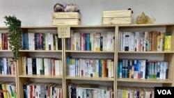 香港學生組織賢學思政在旺角設立的社區空間,被警方破門搜證前,設有二手書寄賣及漂書的空間。 (美國之音湯惠芸)