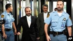 Реза Наджафи (второй слева) прибыл в Вену для переговоров с Теро Варьйоранта. Австрия. 29 октября 2013 г.
