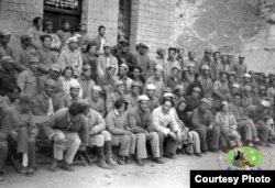1942年延安文艺座谈会参加人员合影,毛泽东和朱德等人在前排。(中国老照片,具体出处不详)习近平的北京文艺座谈会最近举行