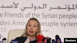 Menlu AS Hillary Clinton memberikan keterangan pers usai pertemuan 'Friends of Syria' di Tunis, Februari lalu (foto: dok).