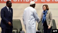 Le président gambien, Adam Barrow, aux côtés de la ministre française de la Défense, Florence Parly, et du président sénégalais, Macky Sall, lors de la cérémonie d'ouverture de la 5e édition du forum sur la sécurité en Afrique, à Diamniadio,