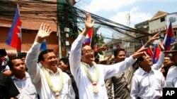 Lãnh đạo Đảng Cứu Quốc đối lập Sam Rainsy và Phó Chủ tịch Kem Sokha trong một cuộc tuần hành tại Phnom Penh, ngày 30/3/2014.