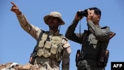 Musul barajı çevresinde araziyi inceleyen Kürt kuvvetleri