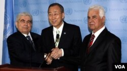 Sekretaris Jenderal PBB Ban Ki-moon (tengah) bersama Presiden Siprus-Yunani Dimitris Christofias (kanan) dan pemimpin Siprus-Turki Dervis Eroglu setelah pertemuan di Markas Besar PBB di New York (Rabu, 25/1).