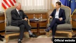 Predsednica Vlade Srbije Ana Brnabić razgovara sa ambasadorom SAD Kajlom Skotom, tokom oproštajnog susreta, u Vladi Srbije, u Beogradu, 23. septembra 2019. (Foto: Sajt Vlade Republike Srbije).