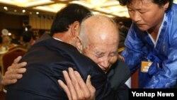 제20차 이산가족 상봉행사 1회차 첫날인 20일 오후 금강산면회소에서 북측 이산가족 최고령자인 채훈식(88)씨가 갓난아기일 때 헤어진 남측의 아들 채희양(65)씨를 안고 오열하고 있다.
