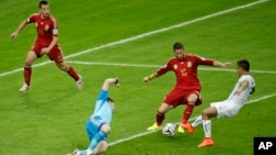 Chile's Eduardo Vargas (R) iin white, scores the opening goal during the group B World Cup soccer match between Spain and Chile at the Maracana Stadium in Rio de Janeiro, June 18, 2014.