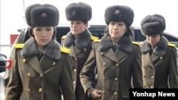 북한 모란봉악단이 12일 북한으로 돌아가기위해 중국 베이징 국제공항에 도착했다.