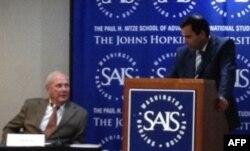 Jons Xopkins Universiteti professori Fred Starr (chapdan) va Farxod Salim, Tojikistonning AQShdagi elchisi muovini
