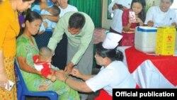ပိုလီယိုကာကြယ္ေဆး တိုက္ေကၽြးေနစဥ္ (Photo Credit-Officially Page of Myanmaalinn Newspaper)