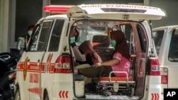 Pasien menunggu perawatan di dalam ambulans di tengah lonjakan kasus COVID-19 di Rumah Sakit Umum Dr. Sardjito Yogyakarta, Rabu, 7 Juli 2021.