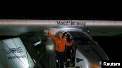 Bertrand Piccard, saluant la foule en Birmanie, peu avant son départ pour Chongqing, en Chine (Reuters)