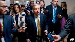 Senator Lindsey Graham (tengah) memberikan penjelasan kepada media mengenai kemajuan dalam pembahasan anggaran pemerintah federal di Capitol Hill, Washington DC, Kamis (18/1).