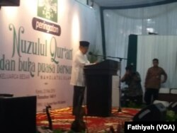 Suasana peringatan Nuzulul Quran sekaligus buka puasa bersama di kantor Pengurus Besar Nahdhatul Ulama (PBNU) di Jakarta, Kamis (23/5). (Foto: VOA/Fathiyah)