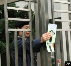 中联办保安人员撕下抗议标语