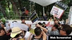 支持和反對政改方案的民眾在6月21日電台節目上爭吵(蘋果日報圖片)