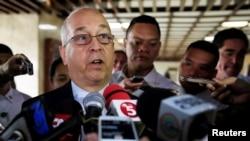 지난달 24일 필리핀을 방문한 대니얼 러셀 미 국무부 동아태 담당 차관보가 페르펙토 야사이 필리핀 외무장관과 회담한 후 기자들의 질문에 답하고 있다. (자료사진)