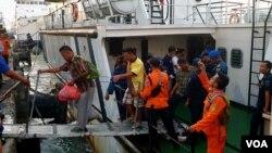 Para penumpang KM Santika Nusantara yang selamat tiba di pelabuhan Tanjung Perak Surabaya (foto: VOA/Petrus Riski).