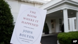 ច្បាប់ចម្លងនៃសៀវភៅ The Room Where It Happened សរសេរដោយលោក John Bolton ត្រូវបានគេថតនៅសេតវិមាន កាលពីថ្ងៃទី១៨ ខែមិថុនា ឆ្នាំ២០២០ ក្នុងរដ្ឋធានីវ៉ាស៊ីនតោន។
