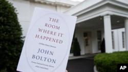"Buku ""The Room Where It Happened"" yang ditulis mantan penasihat keamanan nasional AS, John Bolton, di Washington, 18 Juni 2020. (Foto: AP)"