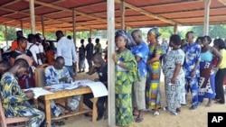 Des électeurs à Cotonou en mars 2011