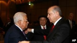 مسلم ممالک کے سربراہی اجلاس کے موقع پر ترک صدر رجب طیب ایروان فلسطین کے صدر محمود عباس کا استقبال کر رہے ہیں