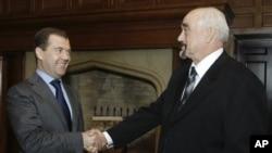 드미트리 메드베데프(왼쪽) 러시아 총리가 지난 2009년 당시 트란스-드니에스테르 지도자 이고르 스미르노프와 회동한 뒤 악수하고 있다. (자료사진)