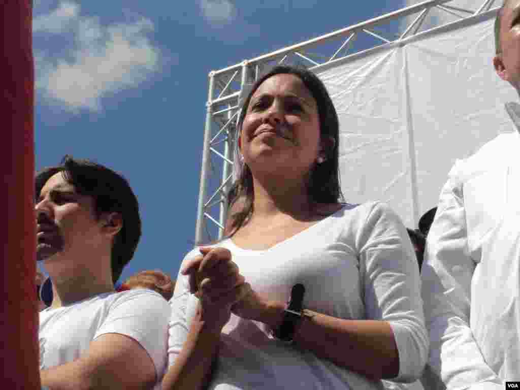 La depuesta diputada María Corina Machado también estudo en la protesta. [Foto: Alvaro Algarra, VOA]