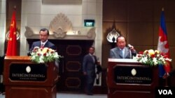 Foreign minister of Cambodia Hor Namhong and China's foreign minister Wang Yi at press conference, August 21, 2013.