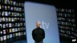 ທ່ານ Steve Jobs ພວມທຳການສະແດງ ກ່ຽວກັບໂທລະພາບໃໝ່ ຂອງບໍລິສັດ Apple ທີ່ນະຄອນ San Francisco (9 ມັງກອນ 2007)