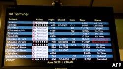 Bảng điện tử ở phi trường La Guardia Airport ở New York thông báo các chuyến bay bị hoãn và hủy của hãng United Airlines do hệ thống máy tính trục trặc, ngày 17 tháng 6, 2011