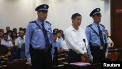 중국 보시라이 전 충칭시 당 서기(가운데)가 22일 재판을 위해 인민 법정에 출두했다.