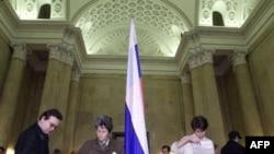 Россияне, живущие в Германии, голосуют в российском посольстве в Берлине (архивное фото)