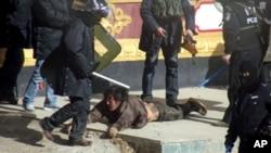 تبتی مظاہرین پر تشدد (فائل)
