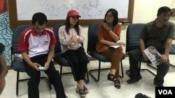 Monika (kedua kiri), Oky Wiratama (kedua kanan), dan Bobi Maarif (kanan) dalam konferensi pers di LBH Jakarta, Minggu (23/6/2019) siang. (VOA/Rio Tuasikal)