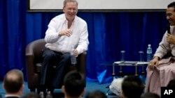 Chủ tịch công ty Google Eric Schmidt nói chuyện với các sinh viên tại đại học kỹ thuật ở Rangoon, Miến Điện, 22/3/13