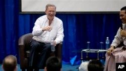 Pimpinan perusahaan Google, Eric Schmidt (kiri) saat diskusi interaktif dengan para mahasiswa di Ranggon, Burma (22/3). Schmidt mendesak pemerintah Burma untuk memberikan ijin bagi pihak swasta untuk membangun pra-sarana telekomunikasi di negara tersebut, dengan menekankan pentingnya kompetisi dan kebebasan berbicara.