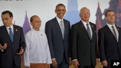U.S. President Barack Obama, center, poses for a group photo with from left, Chinese Premier Li Keqiang, Myanmar President Thein Sein, Malaysian Prime Minister Najib Razak and Russian Prime Minister Dmitry Medvedev ahead of the 9th East Asia summit plenary session at Myanmar International Convention Center in Naypyitaw, Myanmar, Nov. 13, 2014 (AP Photo/Gemunu Amarasinghe)