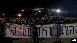 Sinh viên Thái Lan biểu tình căng biểu ngữ tại một cuộc tuần hành tại Đại học Thammasat ở Pathum Thani phía Bắc Bangkok, Thái Lan.Ảnh chụp ngày 26/2/2020. (AP Photo/Gemunu Amarasinghe)