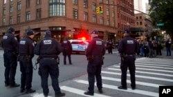 Policija u Njujorku ispred zgrade glumca Roberta de Nira kome je takođe poslat sumnjivi paket
