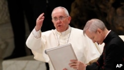 El papa Francisco da la bendición durante la audiencia de este miércoles.