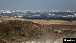 Tank Israel di dekat perbatasan 8 Agustus 2014. Militer Israel membalas serangan militan Palestina dengan serangan udara di Jalur Gaza.