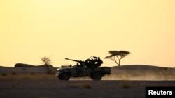 Kendaraan yang membawa tentara Front Polisario dengan dilengkapi senjata anti pesawat udara di Bir Lahlou, Sahara Barat, 9 September 2016.