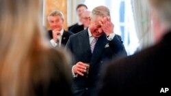 Pangeran Charles di sebuah resepsi di kediaman Duta Besar Inggris di Washington saat berkunjung ke ibukota AS di bulan Maret.