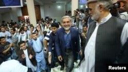8일 아프가니스탄 카불에서 압둘라 압둘라 대선 후보가 지지자들의 환호를 받고 있다.
