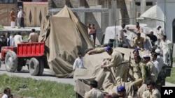 美军直升机残骸5月2日被巴基斯坦军队运出基地组织头目本·拉登在阿伯塔巴德的院落
