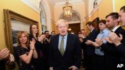 Thủ tướng Anh Boris Johnson được chào mừng khi trở về số 10 Downing Street, London, sau khi gặp Nữ Hoàng Elizabeth II tại Điện Buckingham và nhận lời thành lập chính phủ mới. Thứ Sáu 13/12/2019. (Stefan Rousseau/PA via AP)