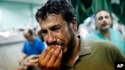 Palestinac čije je dijete ranjeno u izraelskom napadu na UN školu u Beit Hanounu