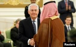 ລັດຖະມົນຕີຕ່າງປະເທດສະຫະລັດ ທ່ານ Rex Tillerson ຈັບມືກັບ ຜູ້ເຂົ້າຮ່ວມພິທີລົງນາມ ລະຫວ່າງ ປະທານາທິບໍດີ ສະຫະລັດ ທ່ານດໍໂນລ ທຣໍາ ແລະກະສັດຊາອຸດີ Salman bin Abdulaziz Al Saud ທີ່ພະລາດຊະວັງ ໃນນະຄອນ Riyadh.