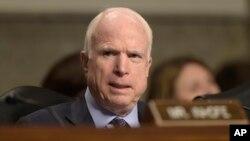 """Senator John McCain (foto: dok). McCain menyebut serbuan militer AS di Yaman pekan lalu sebagai """"kegagalan""""."""